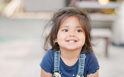 Petite fille souriante Mets ta Cap'