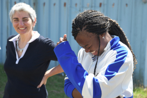 Isabelle Kahvedjian présidente de Mets ta Cap' et une jeune de la Courneuve venant de faire son bapteme de l'air en ULM